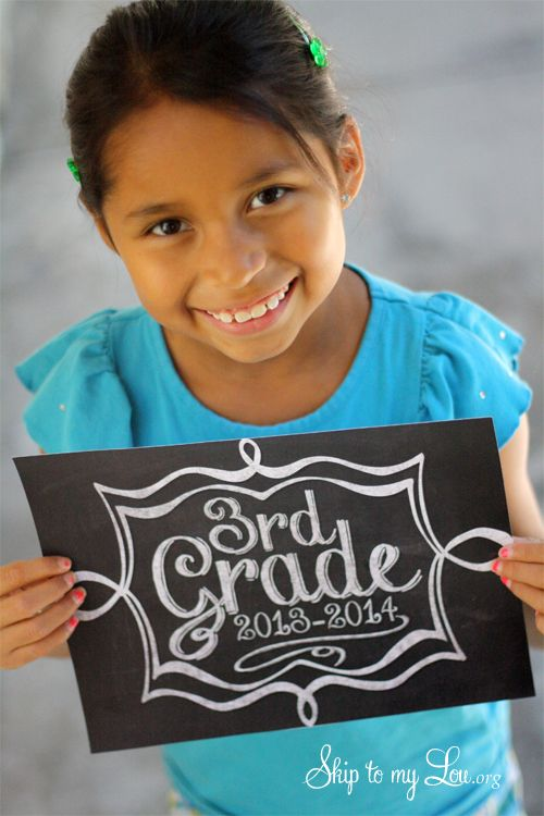 Take the perfect first day of school picture with these free Back to School Photo Props {Free Printable! www.skiptomylou.org