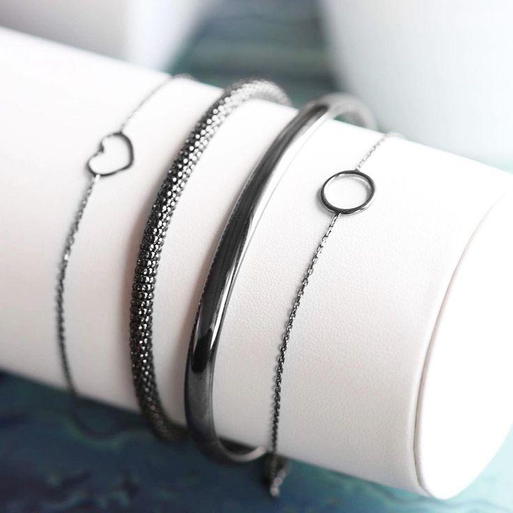 Wij zijn verliefd op de nieuwe black plated sieraden van Møre Støries ! P.S. Je krijgt deze hele week 10% extra korting op de gehele nieuwe collectie!  #jewelry #jewellery #lucardi #morestories #new #silver #blackplated #minimal #wristwear