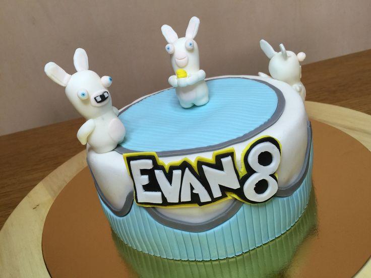 Gâteau lapins crétins Réalisé à l'occasion d'un 8ème anniversaire sur le thème des Lapins crétins créés par le célèbre Michel Ancel pour le studio Ubisoft. Il s'agit d'un gâteau marbré et une crème fouettée à la vanille. Les décorations et les figurines...
