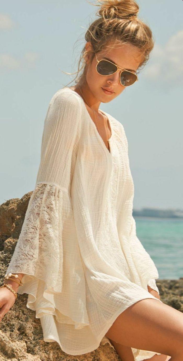 vestidos ibicencos baratos, mujer con gafas de sol en la playa, vestido ibicenco blanco corto, mangas anchas con encaje, escote v