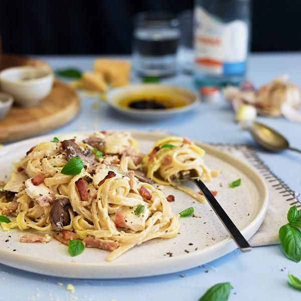 YouFoodz | Fettuccine Carbonara $9.95 | Loaded with good-for-you mushies, chicken breast slices, crispy ham & parmesan cheese. All of this spooned over fettuccine pasta...need we say more?  | #Youfoodz #HomeDelivery #YoullNeverEatFrozenAgain