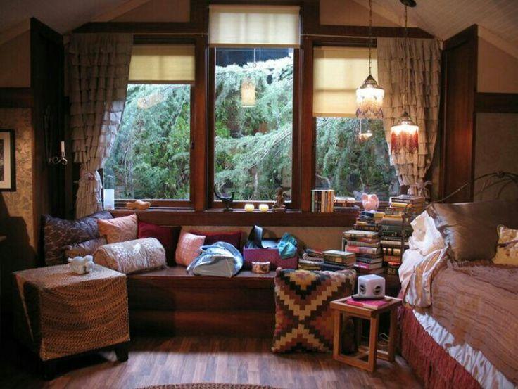 Aria Montgomery's room pll