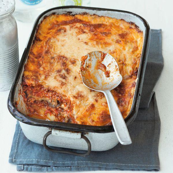 Das wohl bekannteste griechische Gericht bleibt im Ofen so schön saftig, weil es mit cremiger Béchamelsauce bedeckt ist. Für eine knusprige Kruste sor...