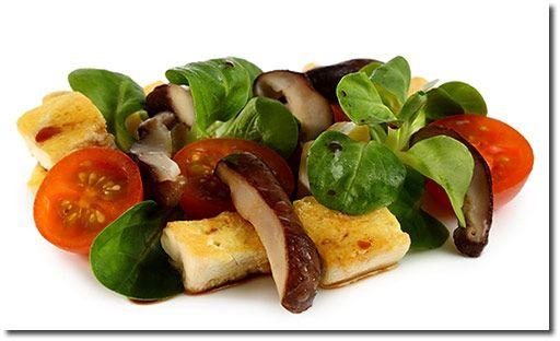 Shiitake Pilze auf Feld Salat mit Tofu Rezept