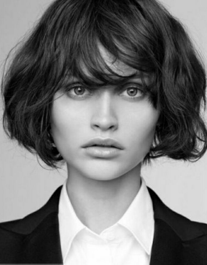 ideas de peinados pelo coto, cortes de pelo con flequillo, foto en blanco y negro, mujer con pelo ondulado, flequillo largo desenfadado