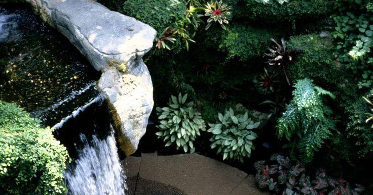 Cómo construir tu propia fuente de rocas en el patio. Las fuentes al aire libre brindan al jardín una pacífica calma a la vez que le agregan un toque único. El agua burbujea en la parte superior de estas fuentes y baja por la cascada a una pila de rocas. Esta fuente de rocas tiene un cuenco escondido que está enterrado para que parezca que el agua sale de la pila de rocas naturalmente. Puedes ...