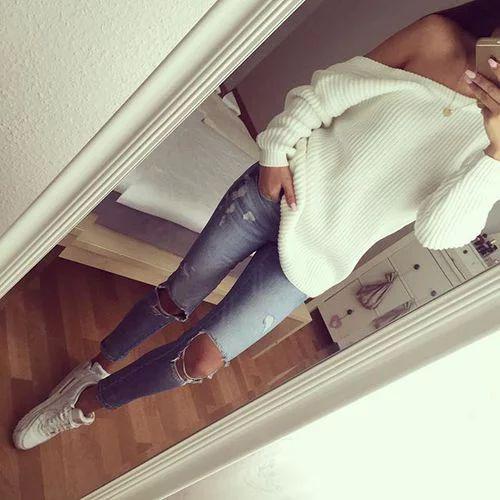 Gescheurde jeans. Witte basketten