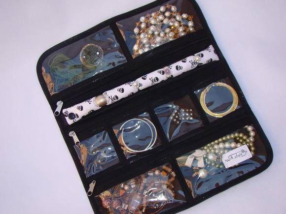 Organizador de bijuterias caveira  Medidas aproximadas: 30 x 35cm (aberto) 13 X 30cm (fechado)  * Bijuterias meramente ilustrativas* R$ 35,00
