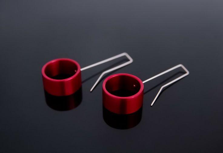 hliníkové náušnice kroužky - červené ručně vyrobené náušnice z hliníku s průmyslovou povrchovou úpravou eloxováním - na povrchu je pomocí elektrického proudu vytvořena vrstva oxidu, která je odolnější proti poškrábání než samotný hliník. oxid je poté obarven - nejde tedy o žádné lakování, barva se nemůže odloupnout ani odštípnout. háčky náušnic jsou ...