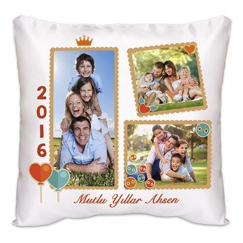 Geçtiğimiz yılın en harika anlarını yumuşacık bir yastık ile sevdiklerinize hediye etmeye ne dersiniz? Yeni Yıla Özel Fotoğraflı Kare Yastık göndermiş olduğunuz 3 adet fotoğraf ve mesaj ile tamamen kişiye özel olarak hazırlanacaktır.