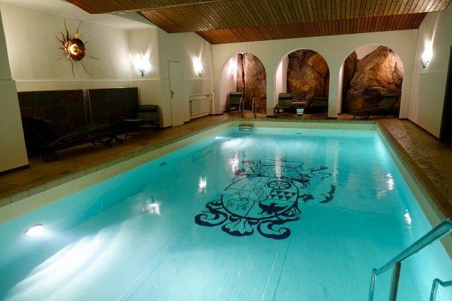 Pool in den Fels gehauen - Kurfürstliches Amtshaus Dauner Burg in Rheinland-Pfalz.