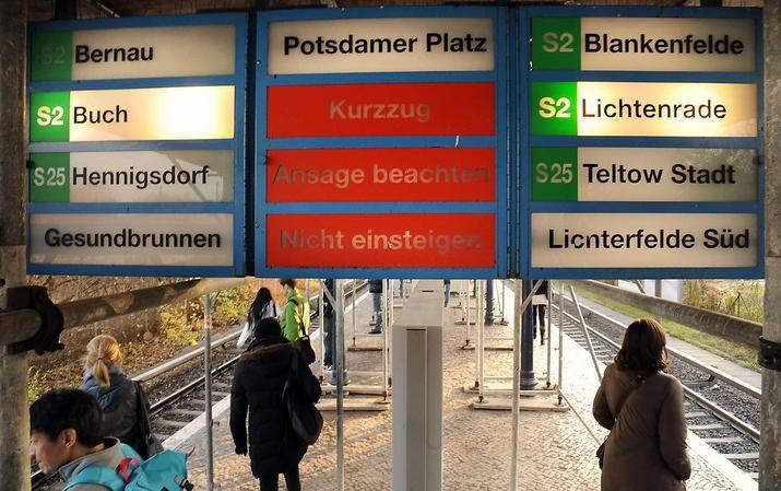 Bil von den alten Anzeigetafeln am S-Bahnhof Yorckstrasse