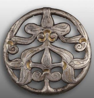 Sárospataki hajfonatkorong, egy tőről induló életfát mintázó hajfonatkorong, burjánzó indákkal, pálmalevelekkel (59mm)