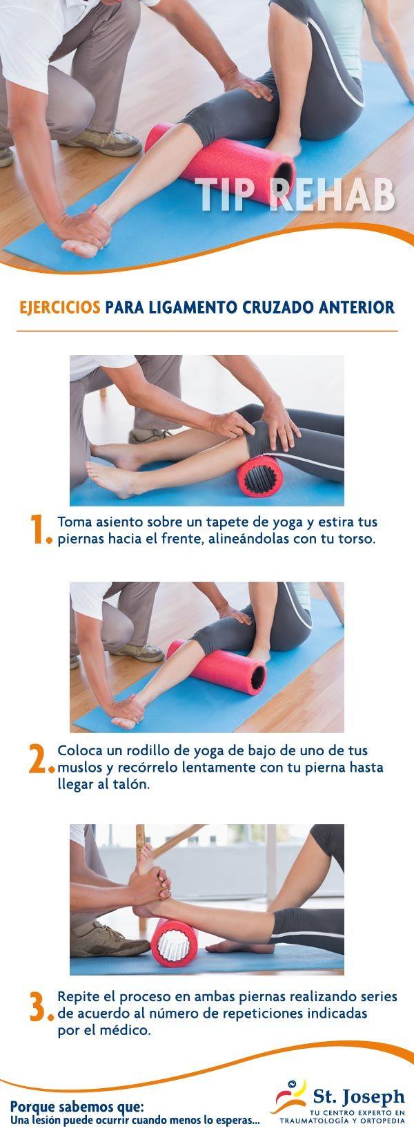 EJERCICIOS PARA LIGAMENTO CRUZADO ANTERIOR.  Toma asiento sobre un tapete de yoga y estira tus piernas hacia el frente, alineándolas con tu torso. Coloca un rodillo de yoga de bajo de uno de tus muslos y recórrelo lentamente con tu pierna hasta llegar al talón. Repite el proceso en ambas piernas realizando series de acuerdo al número de repeticiones indicadas por el médico.