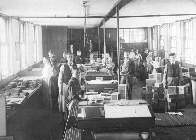 Interieur van de fabriek van de firma Koninklijke Tabak- en Sigarenfabriek G. Ribbius Peletier Jr. (Oudegracht B 191)  te Utrecht: de sorteer-, plak-, en pakzaal.  N.B. Het adres Oudegracht B 191 is in 1890 gewijzigd in Oudegracht Tolsteegzijde 200 en in 1917 in Oudegracht 364. 1885-1890