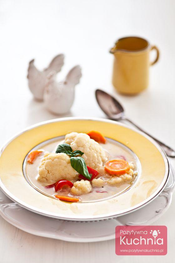 Kolorowa #zupa z #kalafior.a, którą można też, po ugotowaniu, zmiksować blenderem na gładki krem w kolorze… pomarańczowym :).  http://pozytywnakuchnia.pl/zupa-z-kalafiora/  #przepis #kuchnia
