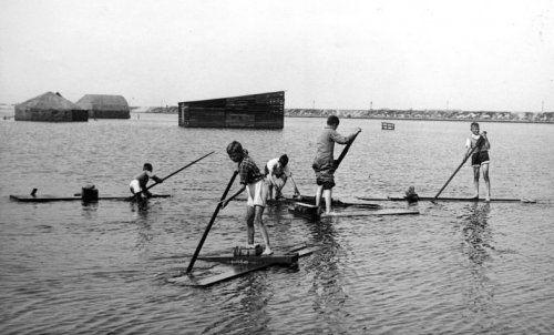 Kinderen spelen met zelfgebouwde vlotten in het inundatiegebied van de Hollandse Waterlinie, eind mei 1940.