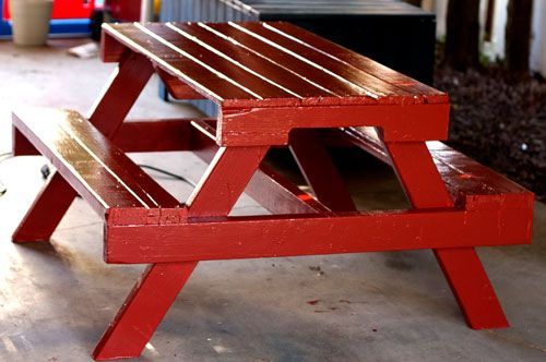 How to make a kid's picnic table from a pallet. Recycle what would have been trash into a very useable and cute table.Ideas, Pallets Picnics Tables, Kids Picnics, Outdoor, Pallets Furniture, Homemade Furniture, Gardens, Pallet Picnic Tables, Diy Projects