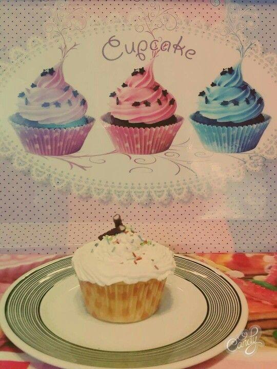 Cupcake βανίλιας με γέμιση μαρμελάδα φράουλα-κεράσι και κρέμα φράουλας #cupcakes #strawberry #redfruits #vanilla #dolcidiluciana