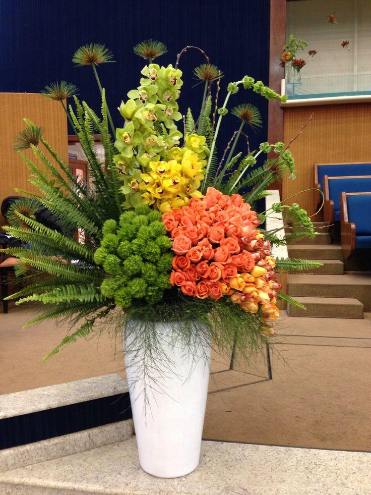 Que tal um arranjo cheio de orquídea em verdes e amarelas com rosas coral e laranja??? Lindo!!!