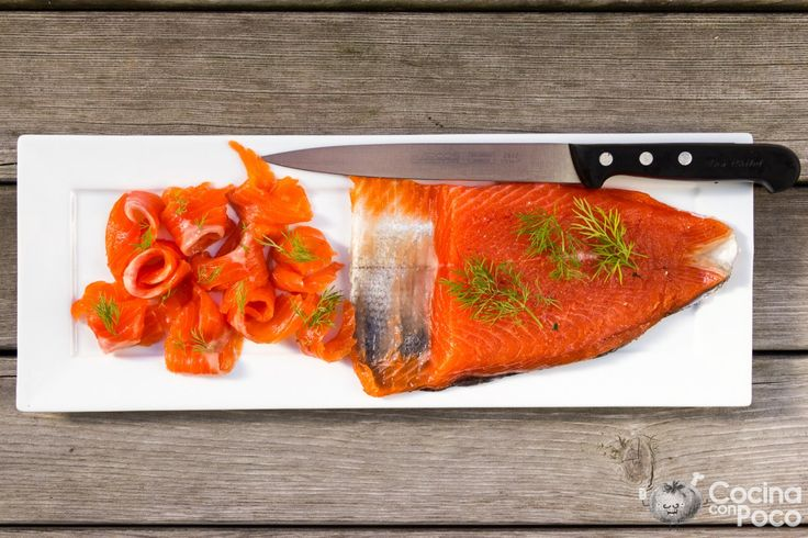 Hoy he preparado un paso a paso, de como hacer en casa, salmón marinado, la receta que os dejo, es la típica que se hace aquí en Noruega, recordad que podéis ver más recetas para estas fiestas en e…