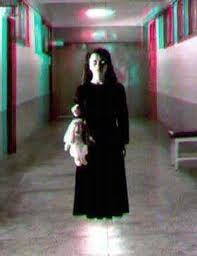 Spaventosa bambina con bambola