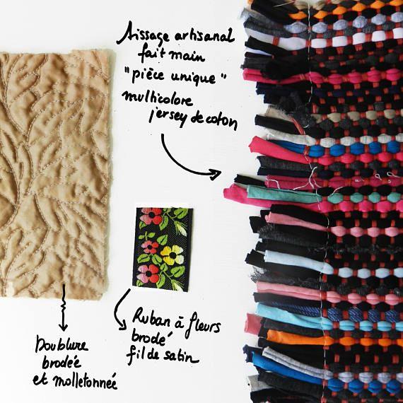 Funda flexible realizada en un tejido artesanal de jersey multicolor. Pieza única Descripción: -Manera flores con hilo de raso multicolor -Guarnición bordada y acolchada -Costura a mano Dimensiones: 32 x 24 cm (No dude en contactarme si desea fotos u otra información)