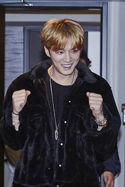 JaeJoong🦋재중 171224 Free Hugs Salvos Charity Pot on Chrismas Eve. JJ dressed as a brown bear giving kids hugs to help the Salvos * what other celebs does that..he could have simpy written a check and not bothered. ? but not our Joonie.♥