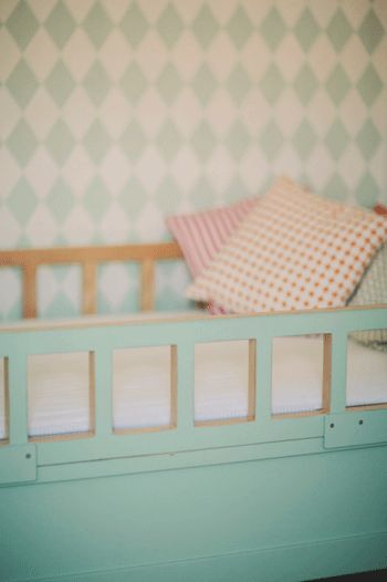 http://davewirth.blogspot.com/2012/02/twin-beds.html  Steps to make sweet bedrooms for the kids. This supplies complete schemes however things report for this easy to establish installation.