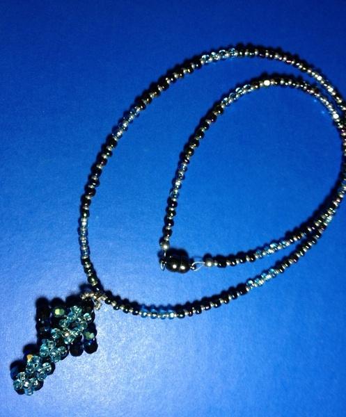 Kette mit handgearbeitetem Kreuz aus dunkelblauen Swarovski-Perlen. Die eigentliche Kette wurde aus ebenfalls dunkelblauen Glasrocalliers, unterbro...