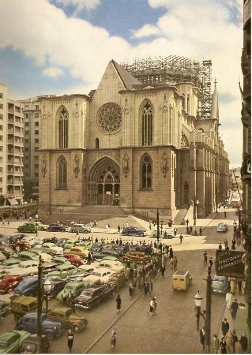 1952 - Catedral da Sé em construção na praça da Sé.