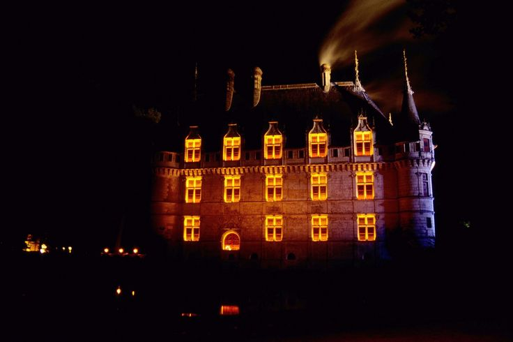 Francia, i Castelli della Loira: Il Castello Azay le Rideau illuminato scenograficamente