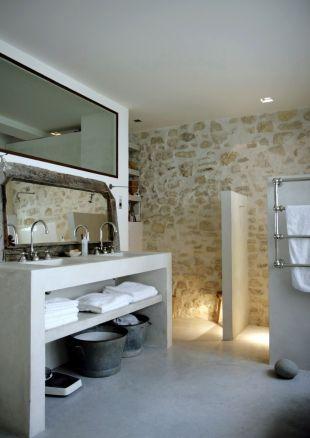 Une imprimerie reconvertie dans le 20è à Paris - un mur de pierre magnifique, belle alliance avec le plan vasque en béton.