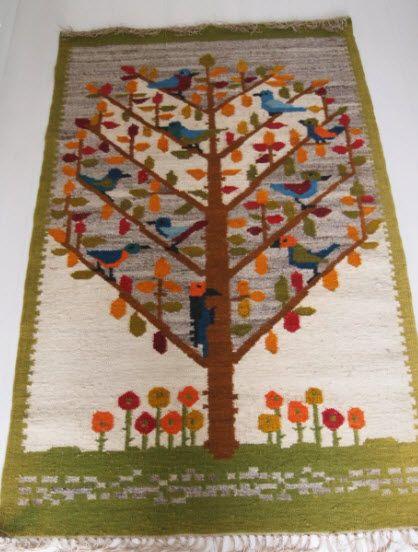Poolse Designer M. Domanska  handgeweven tapijt, kelim gemaakt van 80% wol en 20% flax. ca. 1960  Deze handgemaakte tapijt heeft de voorstelling boom met bloemen, vogels en de hoofdkleuren zijn olijfgroen en beige.  Het heeft een mooie strakke weefsel zonder gaten of vlekken en is in zeer goede staat, zie foto's.   Afmeting ca. 165 x 100 cm.     Aangetekende verzending.