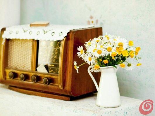 La radio vintage e le margherite nel bricco, sembra di essere tornati negli anni '50