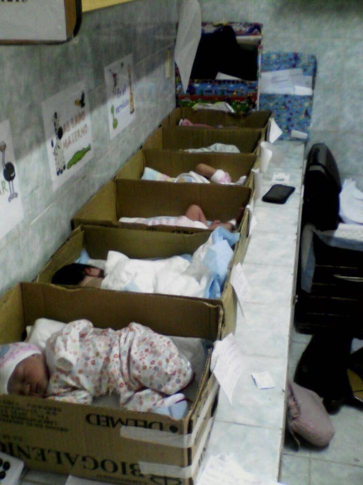 En un hospital de Venezuela los recién nacidos duermen en cajas de cartón