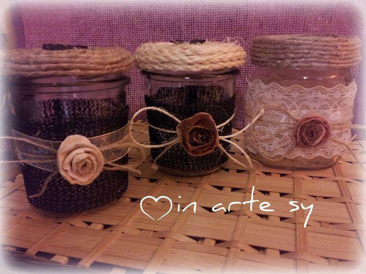 Vasetti shabby decorati a mano con fiori in finto feltro, pizzo e corda. Handmade jars with roses and lace.