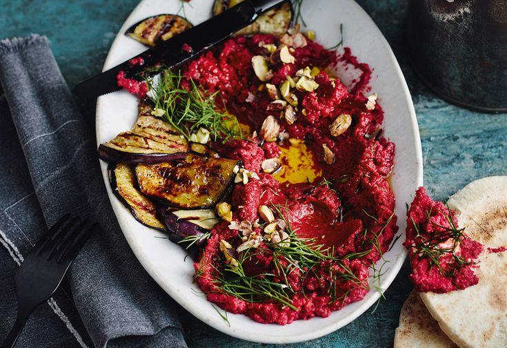 Roter-Rüben-Hummus mit Melanzani und Pitabrot