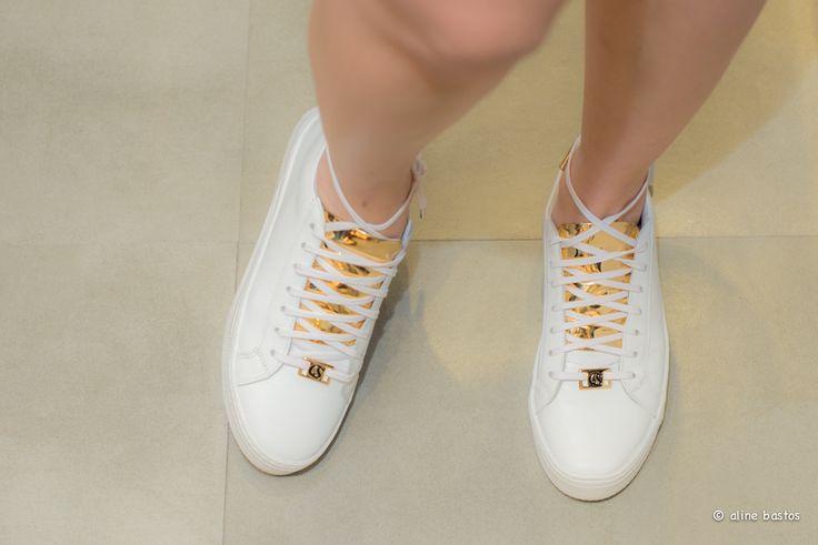 Tênis branco Carmen Steffens com detalhes em dourado