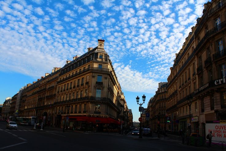 Scene  パリの鰯雲 from Paris,France. エッフェル塔、ルーブル美術館、凱旋門、シャンゼリゼ通りなど言わずと知れた世界きってのオシャレスポットのパリ。ルイ・ヴィトンだけではなくその他多くのファッションブランドの本店もツーリストが写真を撮る観光スポットになっている。