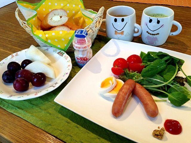 おはようございます(*^_^*)  今朝は、いい天気。お昼は、暑くなりそうです。朝ごはんは、ヤマザキのもちっとサクっ?フランスパンです。中に、クリームが入って美味しい。さー、今日は、スイスイ水曜日です。仕事もスイスイ片付けちゃいましょう!皆さん、良い1日をー(^_−)−☆ - 9件のもぐもぐ - ベビーリーフサラダ   ボイルウィンナー  クリームフランスパン ぶどう  梨  ヤクルト  ミックスジュース by 126kei