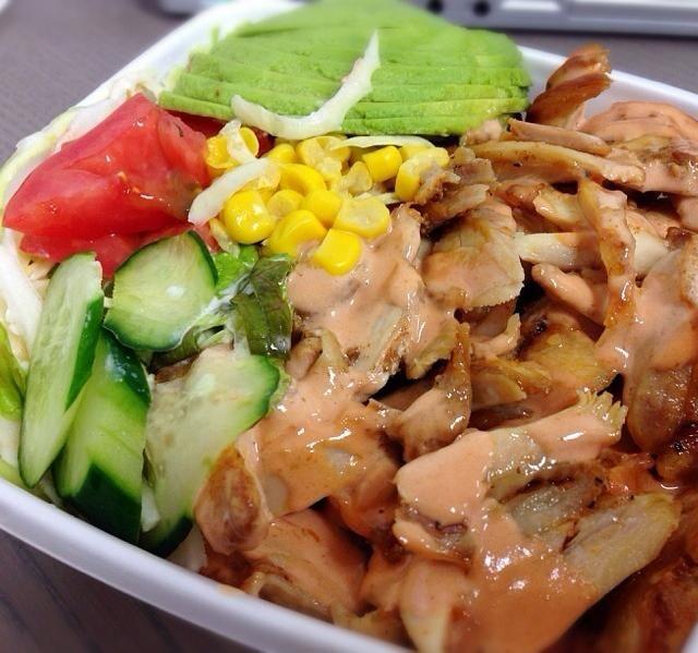 中目黒の移動弁当屋さんにてテイクアウト。こういうの食べる度に、ロコモコはハワイ料理でもアメリカ料理でもなく日本料理だ、ってアメリカ人の同僚が言ってたのを思い出すわ… - 16件のもぐもぐ - ケバブ丼 アボカドトッピング by chan mitsu