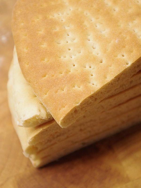 Recept på Hönökaka. Enkelt och gott. Hönökaka är en tunn, ljus och mjuk brödkaka som är uppkallad efter Hönö i Göteborgs skärgård. Brödet bakades ursprungligen av fiskarfamiljer och boende i skärgården och hängdes ofta upp på en stång för att torka. Som liten trodde jag att det hette Hönekaka. Kanske för att det såg ut som att en höna hade pickat där kakorna är naggade. För den som är lycklig ägare av en vedugn så är det säkerligen värt besväret att tända upp i den, men kakorna går även bra…