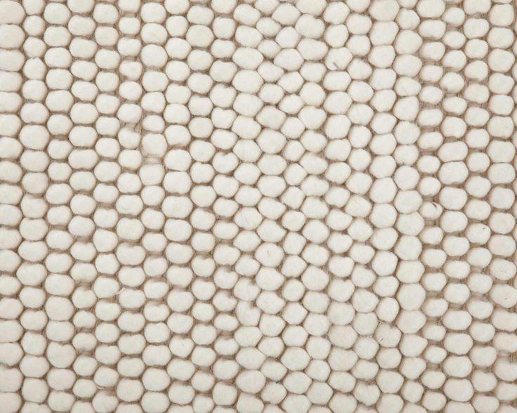Sukhi håndlavede uld loop tæpper findes i 6 neutrale og naturlige farver, der passer til enhver boligstil. Tæppet fås i en firkantet udgave og koster fra 149 kr op opefter alt efter størrelse. Se tæpperne her:  http://www.sukhi.dk/shop/uld-loop-taepper.html