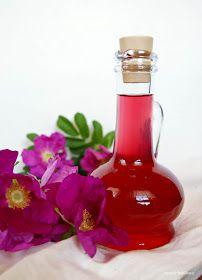 Syrop różany innym sposobem   Świeżych listków z róż wziąć kilo, zalać je na misce 2 szklankami wrzącej wody nakryć serwetką, niech tak...