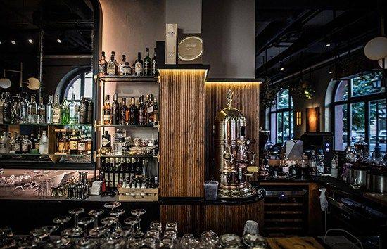 A Fáma és a Deák St. Kitchen éttermek kapcsán hadd mondjuk el, hogy az év legcoolabb enteriőrtervezője a magyar gasztronómia fenegyerekének éttermét tervezte, az év legdizájnosabb éttermét pedig egy angol építész stúdiónak köszönhetjük és a Ritzben van. Októberben osztották ki a Gastro Design Award elismeréseket, mellyel magyar éttermeket, bárokat, kávézókat ...