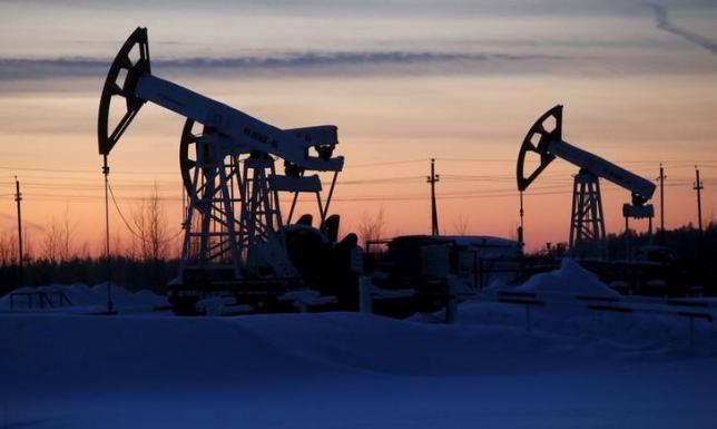 Pomp aansluitingen zijn te zien op de Lukoil bedrijf dat eigendom is Imilorskoye olieveld, als de zon ondergaat, buiten de West-Siberische stad Kogalym, Rusland, op 25 januari 2016. REUTERS / Sergei Karpukhin