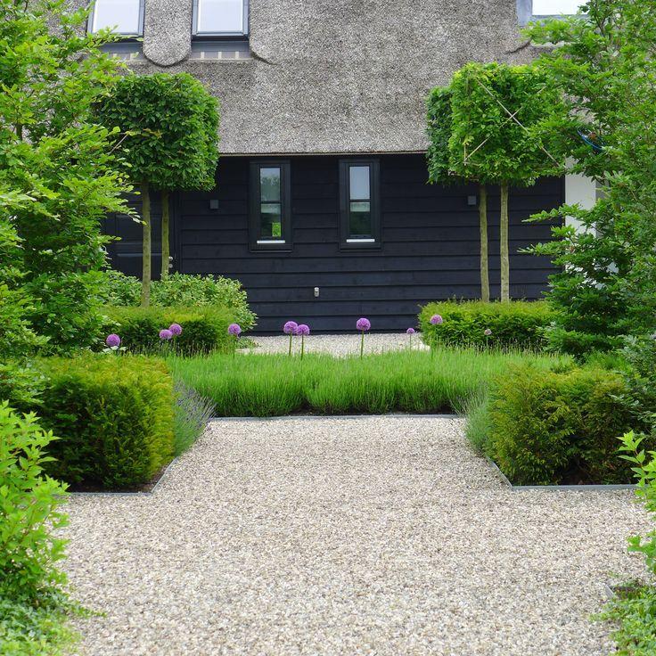 Moderne tuin Uienbollen - Taxus blokken - Grind Blokbomen - Boerderij rietenkap www.hendrikshoveniers.nl