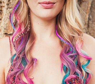Beautiful hair chalk and feathers... so bohemian and girly. Love