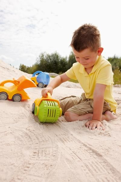 Shake up the sandbox with the Play Steam Roller and Sieve from HABA! This awesome sand toy leaves different patterns in the sand as it rolls. Double the fun wit